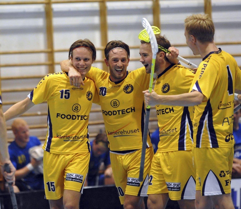GLADE GUTTER: Ole Mossin Olesen jublet stort sammen med lagkameratene for seieren. begge foto: solfrid therese nordbakk