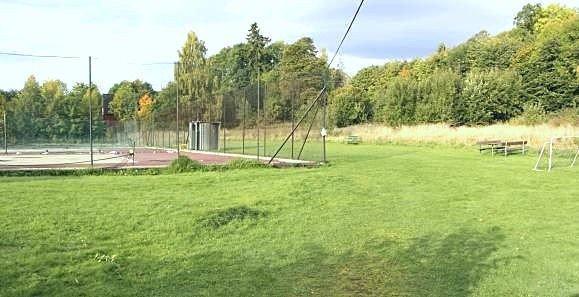 I mange år kjempet lokale krefter mot bygging av blokker på Storebranntomten ved Gressbanen. Nå har kommunen kjøpt tomten til skoleformål.