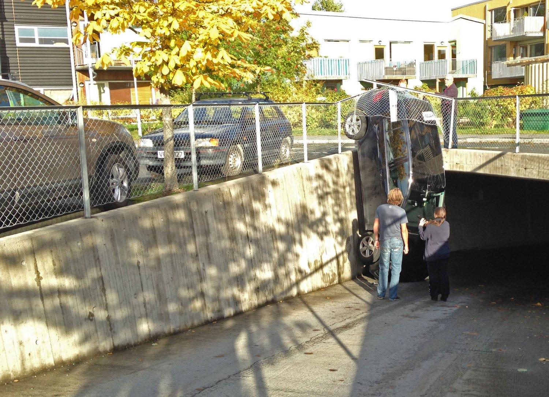 Dette er nok en parkering ikke helt etter forskriftene. Det innebærer en del plunder å rygge ut av denne. Foto: Tor Aage Hansen / NTB scanpix