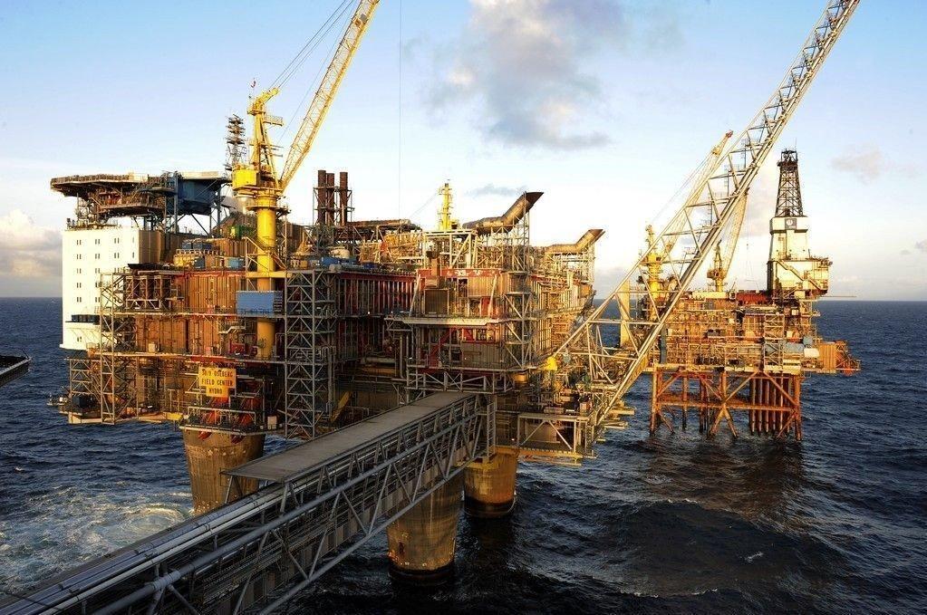 Fallende oljepris kan gjøre det nødvendig å gjøre noe med de gullkantede turnusene i oljebransjen.