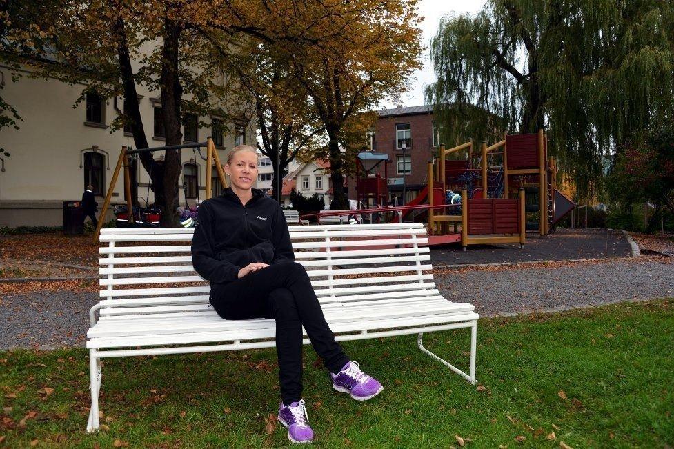 SKILT MOT RØYK: Porsgrunn kommune lover å følge anbefalingen fra helsekonsulent Kathrine Kværne (bildet) i Miljørettet helsevern, og vil snart sette opp antirøyk-skilt ved lekeplassen i Rådhusparken.