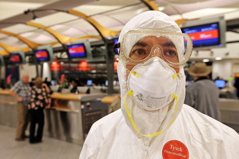 To dager etter at en mann ble diagnosert med ebola i Texas troppet Dr. Gil Mobley opp på en flyplass i Atlanta. Han var ikledd fullt beskyttelsesutstyr i protest mot hvordan helsemyndighetene håndterer saken.