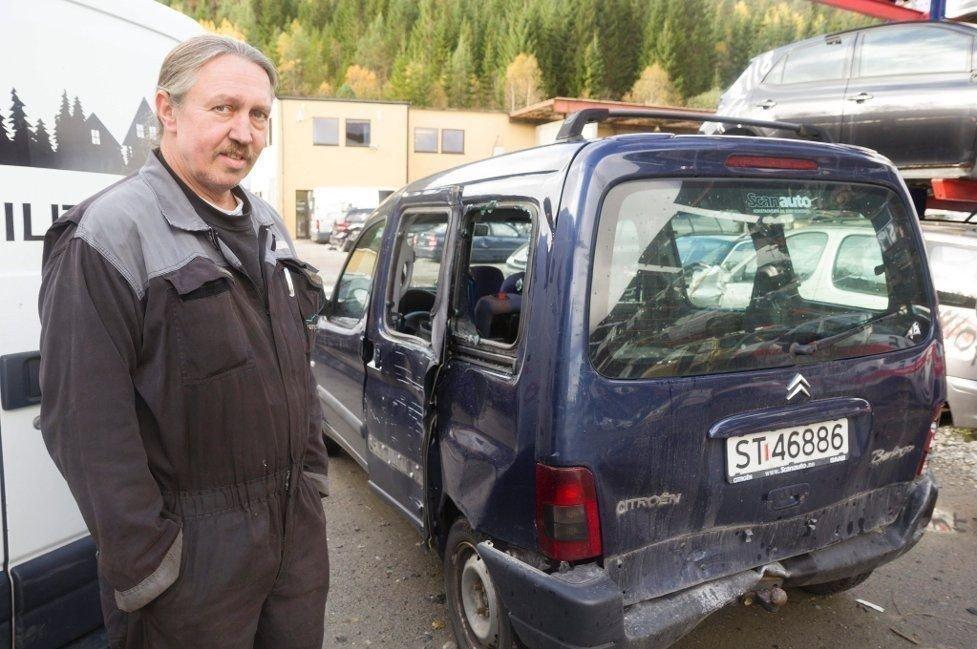 Slik fann Geir Bareksten bilen sin torsdag morgon. - Bilføraren har i alle høve ikkje helde fartsgrensa på 50 km/t, seier han.