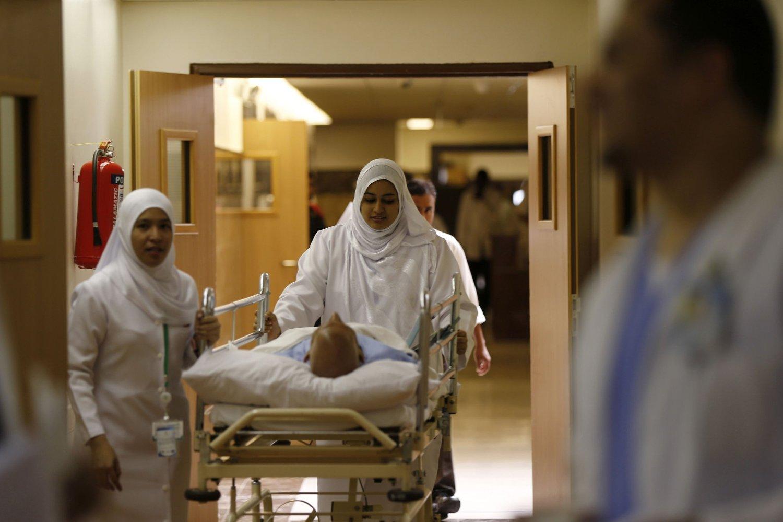 Saudi-Arabia er hardt rammet av mers-viruset. Bildet viser sykepleiere som triller en mers-pasient ved sykehuset Al-Noor i Mekka denne uken.