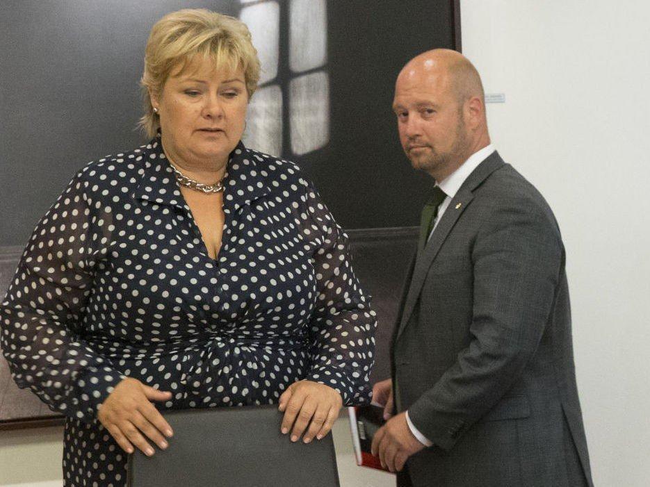 Statsminister Erna Solberg og justisminister Anders Anundsen opplyser til TV2 at det skaø ansettes 350 nyutdannede polititjenestefolk til neste år.