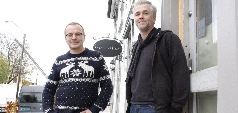 ÅPNER DØRENE: Øyvind Lofthus (til venstre) og Darrell Shrubb lover nystekte boller og brød fra tirsdag morgen i Åpent Bakeri på Holtet.