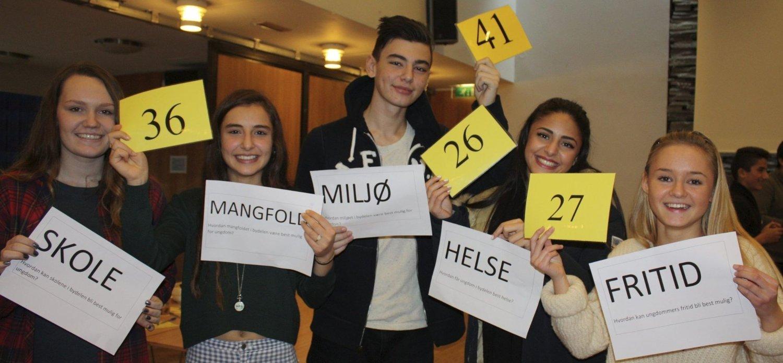 Mye å diskutere: Temaene var mange og interessante, og mye skulle stemmes over under ungdomskonferansen på Mortensrud menighetssenter sist uke. Fem glade deltagere (fra venstre): Helene Walquist (17), Shara Karimi (15), Egzon Vila (16), Nihi Zomorodi (16) og Agnes Micka (15). Alle Foto: Aina Moberg