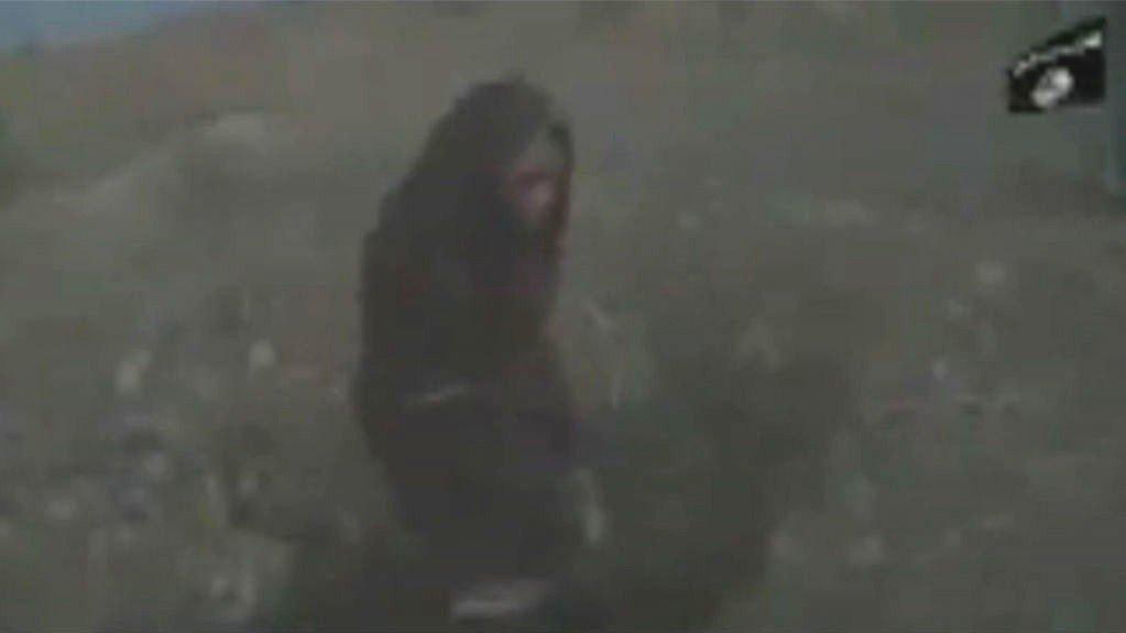 Dette stillbildet er hentet fra videoen til IS. Bildet viser øyeblikket før IS-soldatene begynner å steine den forsvarsløse kvinnen.