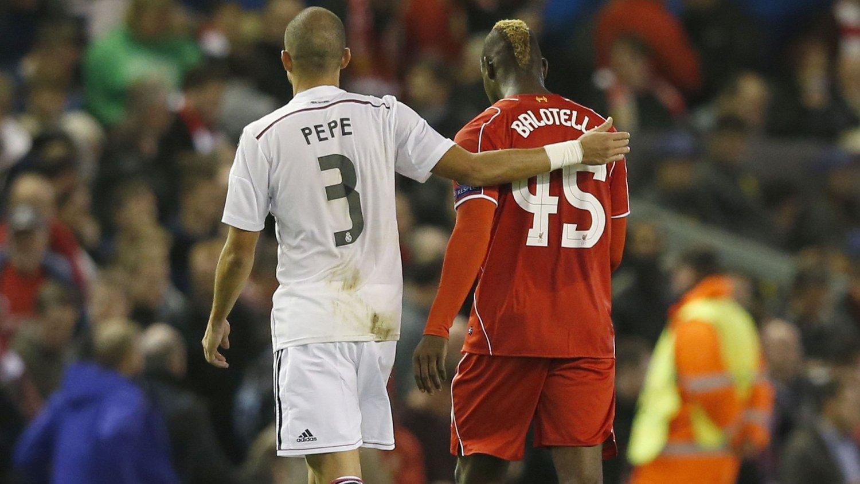 BYTTET TRØYE: Mario Balotelli byttet trøye med Real Madrids Pepe i pausen. Det likte Liverpool-manager Brendan Rodgers dårlig.