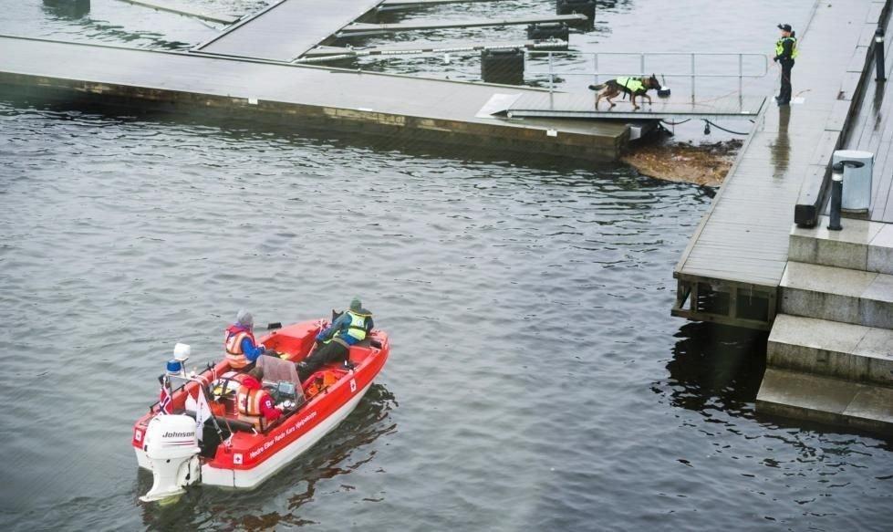 SØKER: En spesialbåt fra Røde Kors Svelvik og flere andre båter bistår i søket etter den savnede familiefaren.