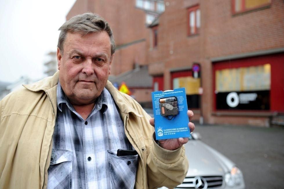 FØRSTE GANG: – Denne varianten har jeg ikke sett før, sier Rolf Austad, sjef for parkeringsovervåkningen i Sandefjord kommune. Foto: Per Langevei (Sandefjords Blad)