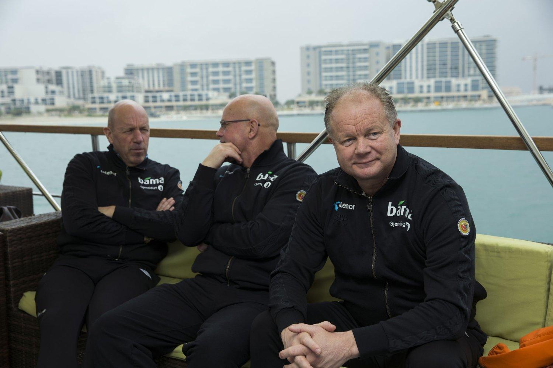 Guttomr Dilling (i midten) har stevnet NFF etter at han ble fjernet fra støtteapparatet til landslagssjef Per Mathias Høgmo (t.h.). Her med toppfotballsjef Nils Johan Semb i Abu Dhabi tidligere i januar.
