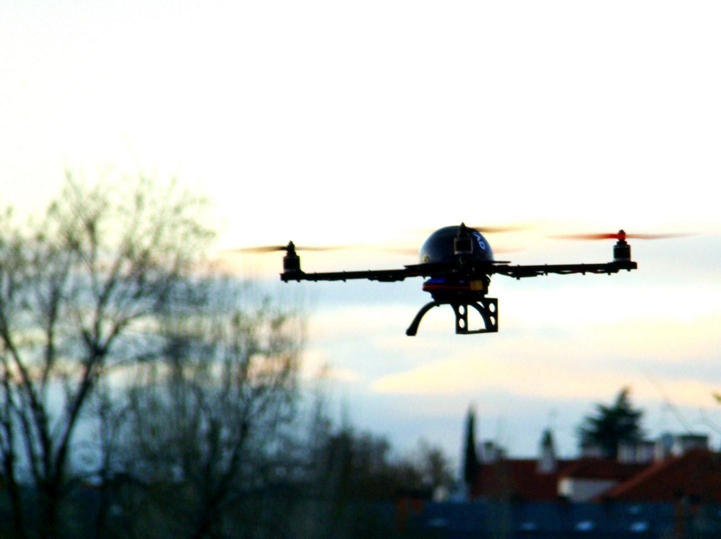 GIRER OPP: Selskaper som Facebook og Amazon girer opp sin dronesatsing, sistnevnte sier de ser for seg varelevering med droner.