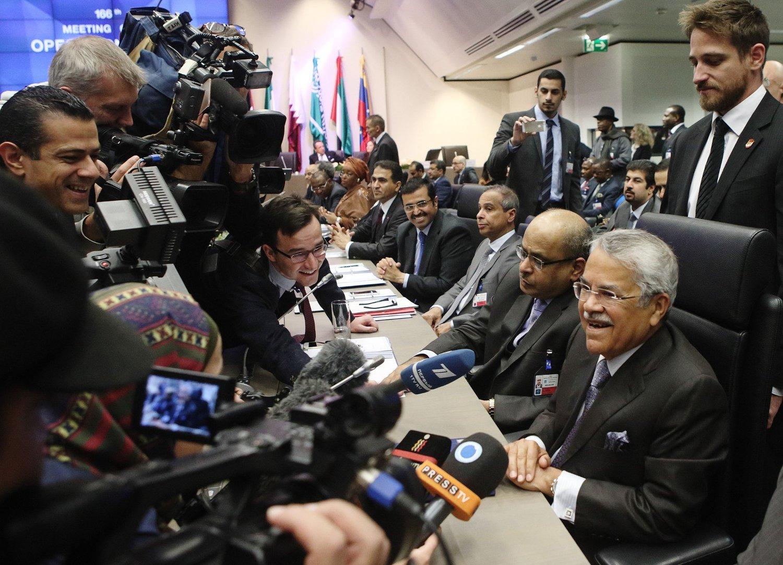 Saudi-Arabias oljeminister Ali al-Naimi snakker med journalister i forkant av OPEC-møtet i Wien sist torsdag.