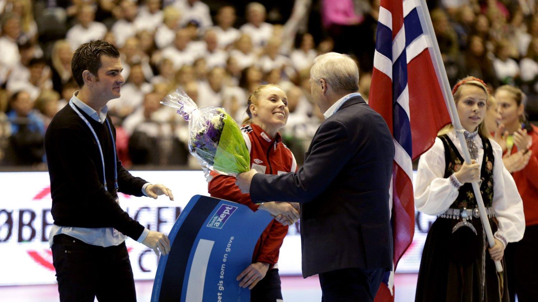 297 KAMPER: Karoline Dyhre Breivang blir gratulert etter at hun har spilt sin 297. landskamp for Norge. Serbia ble slått 30-18.