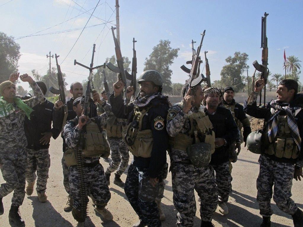 Irakiske sikkerhetsstyrker feirer sammen med shiamuslimske krigere etter å ha jaget IS ut av Saadiya.