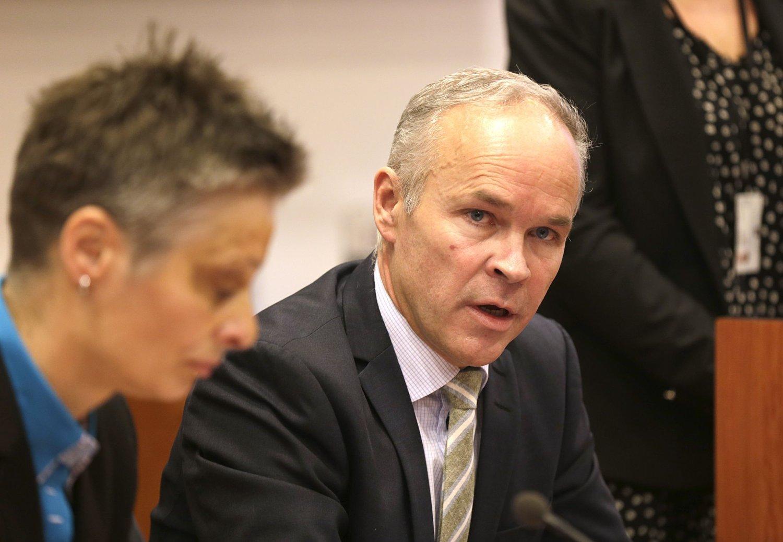 KOMMUNEREFORMEN: Kommunal- og moderniseringsminister Jan Tore Sanner (H) fikk mandag ekspertutvalgets rapport om kommunereform av professor Signy Vabo.