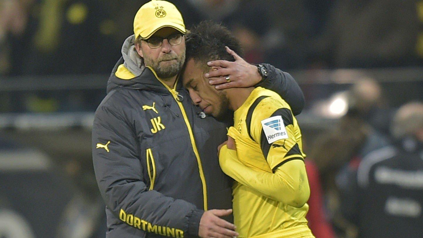 TUNGT: Jürgen Klopp trøster Pierre-Emerick Aubameyang etter tapet for Eintracht Frankfurt i helgen.