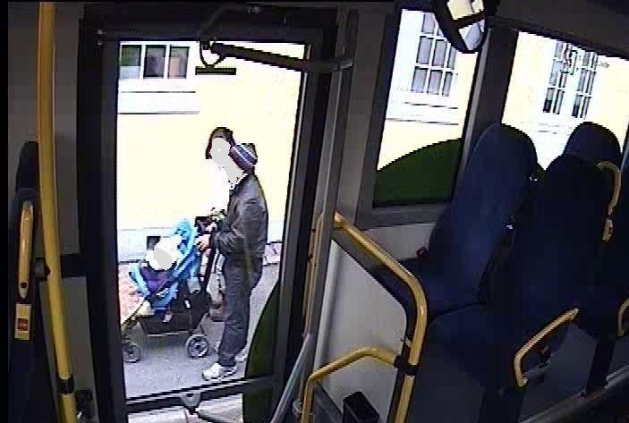 SISTE BILDET: Dette bildet fra et overvåkningskamera på en buss, viser ekteparet med ett av sine to barn samme dag som kvinnen ble funnet drept. Foto: politiet