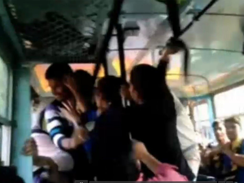 To søstre gikk til angrep på tre indiske menn som trakasserte dem på en buss. Hendelsen ble filmet av en medpassasjer.