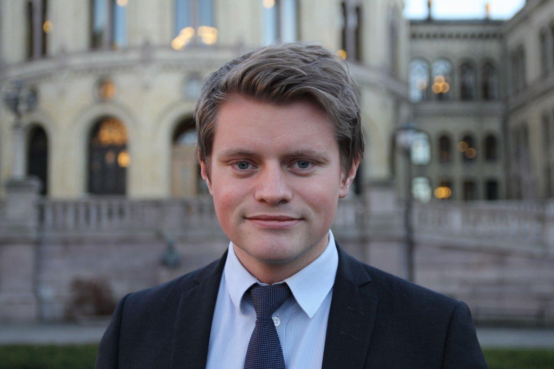 KRAFTIGERE: Stortingsrepresentant Peter Christian Frølich (H) mener det må tillates en kraftigere motor på el-sykler.