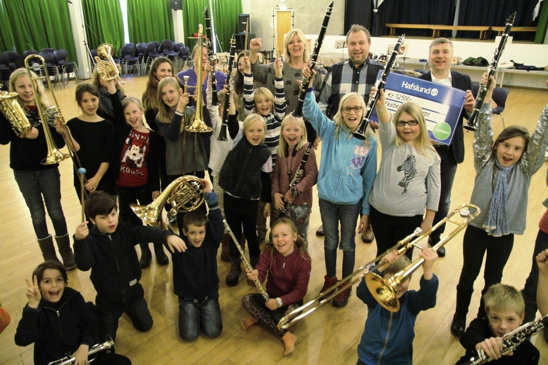 Juniorkorpset i Ekeberg skoles musikkorps var fornøyde med beskjeden om at korpset kan kjøpe inn et par nye instrumenter for pengene fra Oslofondet. Her sammen med Agnar Thesen fra Hafslund og Tore Bollingmo i Nordstrands Blad.