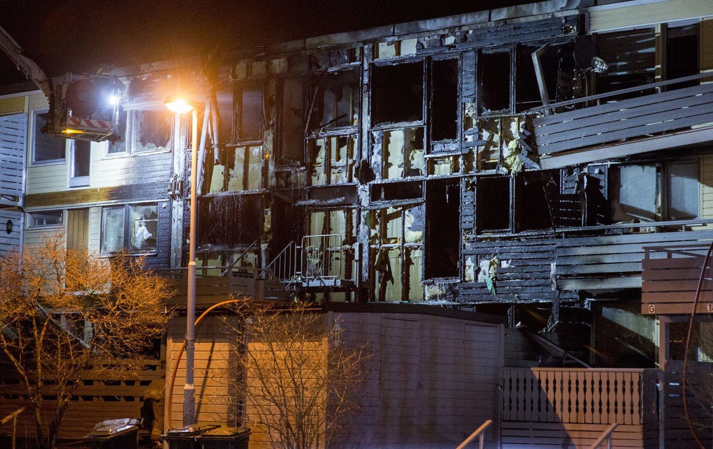 TOTALSKADD: Fire boenheter i et rekkehus på Risvollan i Trondheim ble totalskadd i en brann tidlig onsdag. Foto: Scanpix