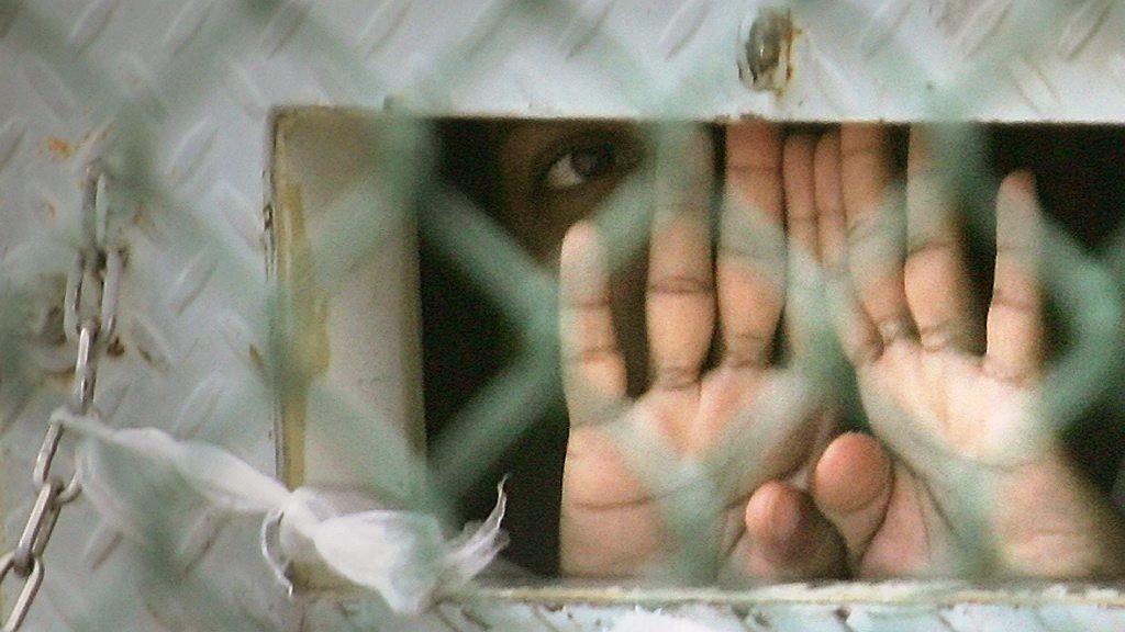 USA overlater seks menn som har sittet innesperret i Guantanamo-fengselet i over ti år, til Uruguay, som vil gi dem et nytt hjem i Sør-Amerika.