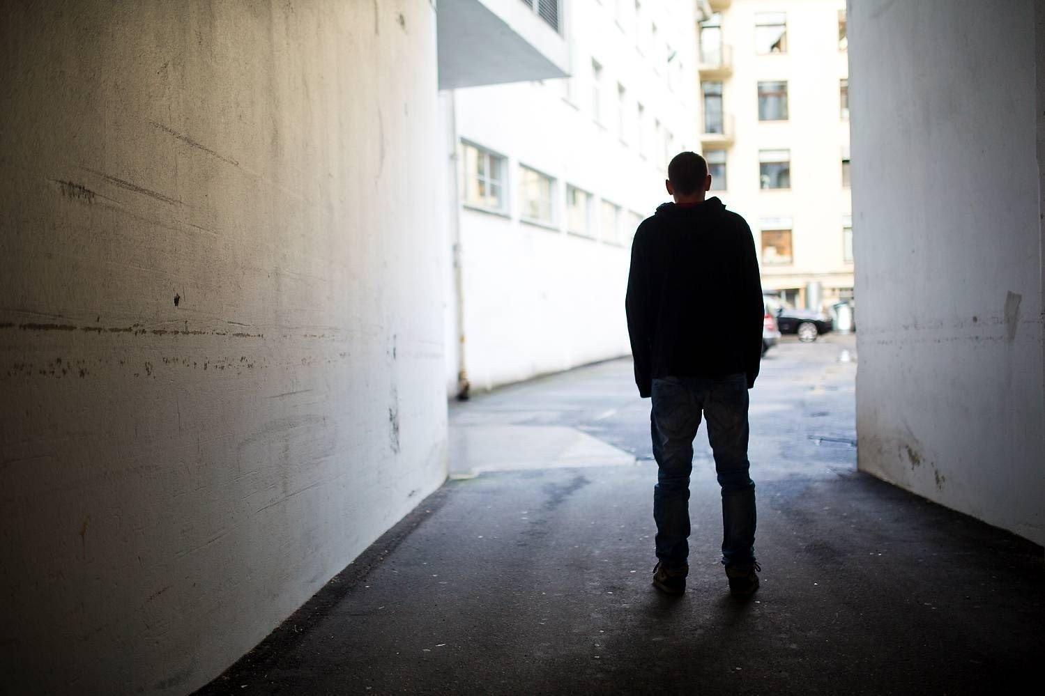 «Magnus» (24) ble utsatt for gjentatte overgrep i ungdomstiden. Overgriperen traff han første gang på vikingleir i Bergen. - Han har ødelagt livet mitt, sier han.