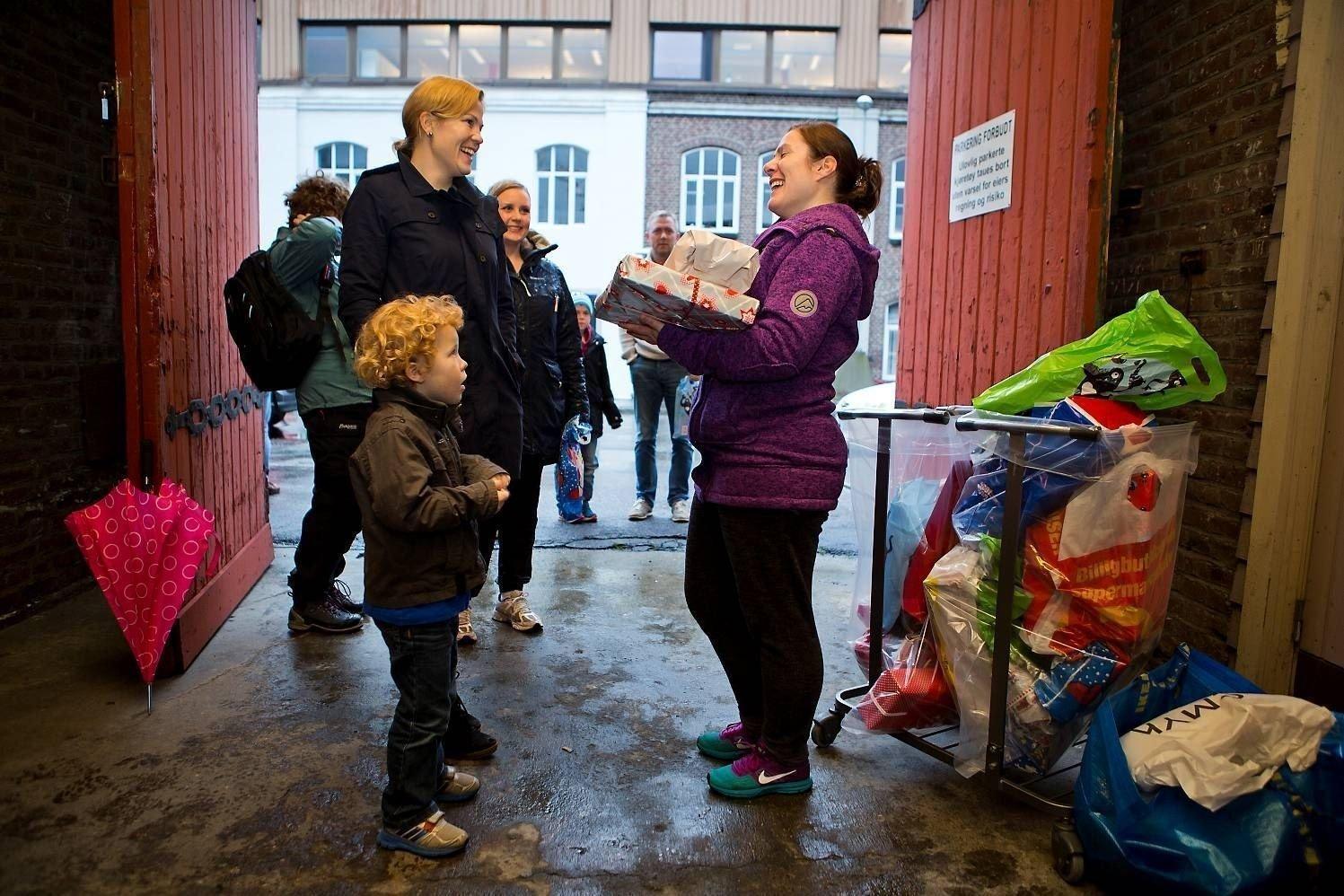 SAMLER INN: Kristin Kongsbakk og sønnen Markus (4) hadde med seg gaver til juledugnaden «God, jul lille venn» i Bergen søndag formiddag. Initiativtaker Maria Isabel Molina (37) er rørt over givergleden.