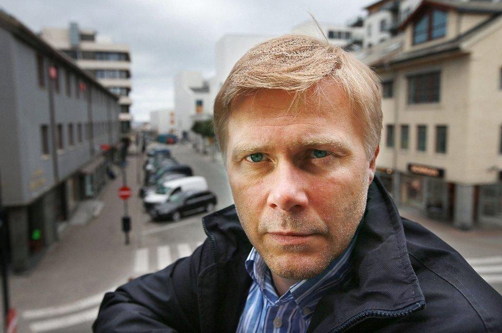 TILTALT: Tidligere banksjef for DNBs meglerbord, Bjørn Helge Karlsen, legger alle kort på bordet overfor offentligheten. Han er forberedt på spørsmål, men ber folk om å gi han og familien ro i den tøffe perioden de skal gjennom fram mot straffeutmålingen.