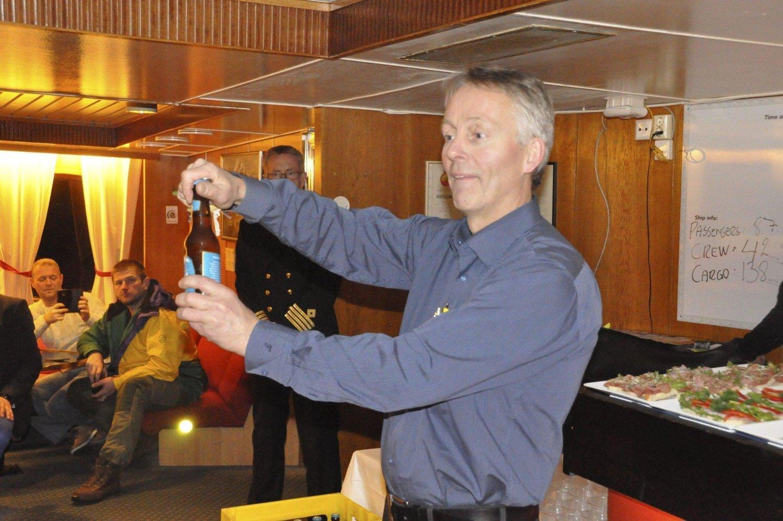 VERDENS FØRSTE: Mikrobryggerieier Thorvadur Gunnlaugson fra Svolvær kunne lørdag åpne verdens første Lofotpils om bord i 50-års jubilanten MS «Lofoten» mellom de to hurtigrutehavnene i Lofoten.
