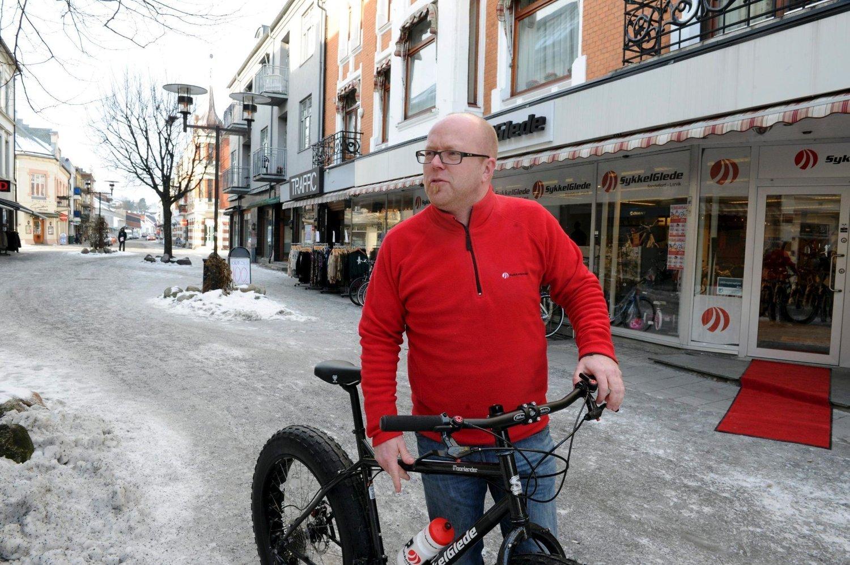 Jan Olaf Guldbrandsen ved Sykkelglede i Sandefjord ruller ikke ut den røde løperen for alle fotballfans.