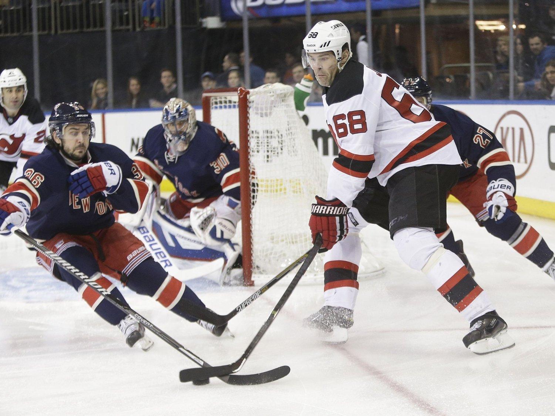 BLE IKKE HISTORISK: New York Rangers-spiller Mats Zuccarello (t.v.) ble poengløs i kampen mot New Jersey Devils. Dermed tangerer han fremdeles «Shampo». Her er nordmannen i duell med Jaromir Jagr.