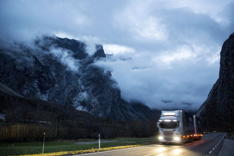 SVOVELDIREKTIV: Det kan bli atskillig flere trailere på norske veier etter at EUs svoveldirektiv blir innført fra nyttår. Samtidig innføres obligatorisk bombrikke og pålegg om vinterdekk på alle aksler. Foto: Tore Meek / NTB scanpix