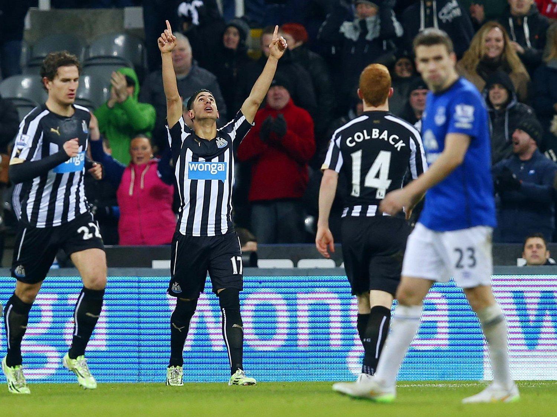 JULEGAVER: Newcastle United's Ayoze Perez (i midten) og Jack Colback kunne juble for enkle mål etter gavepakker fra Everton.