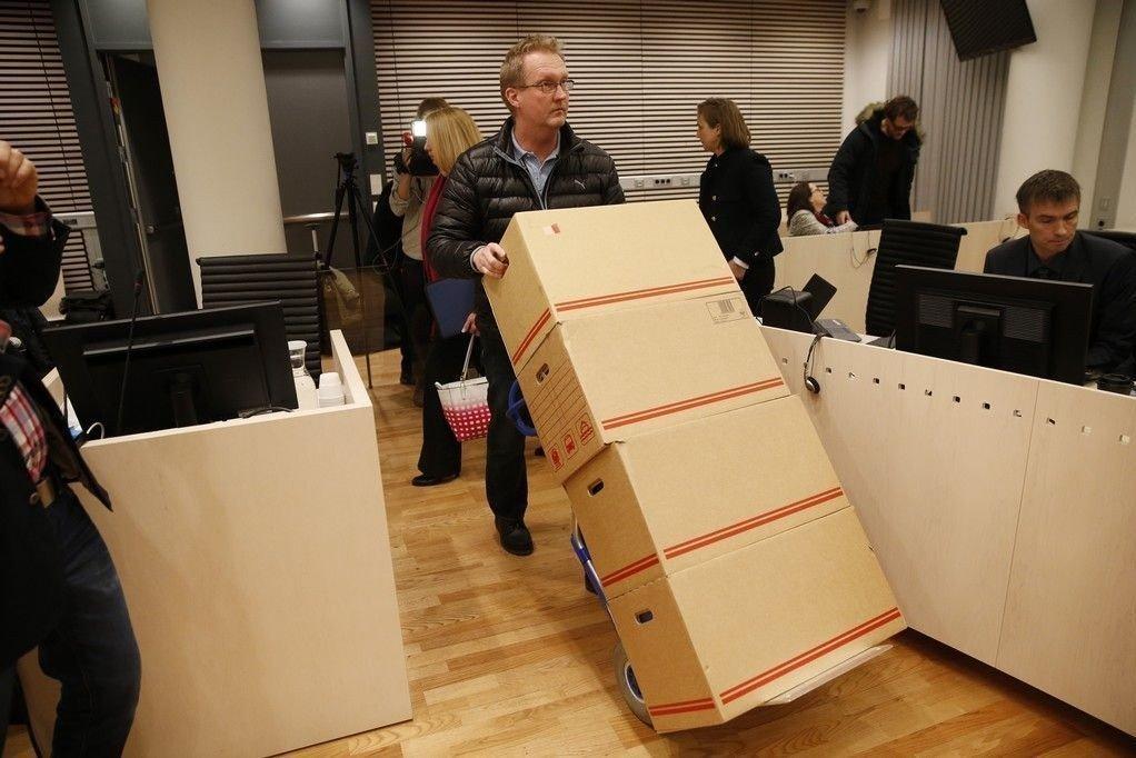 Aktoratets dokumenter ankommer rettsal 250 i Oslo tinghus mandag 05.01.