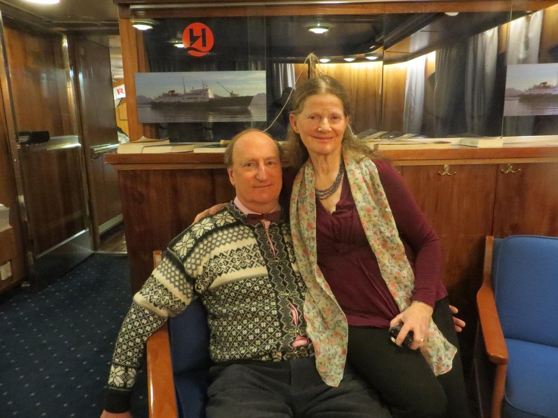 MISFORNØYDE: Ekteparet Iain og Helen Dewar fra London, Storbritannia, har reist med Hurtigruten over 20 ganger. Etter vann-nekt i restauranten er det stopp.