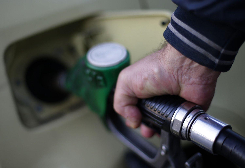 Oljeprisen fortsetter fallet, og for mange betyr det billigere bensin.