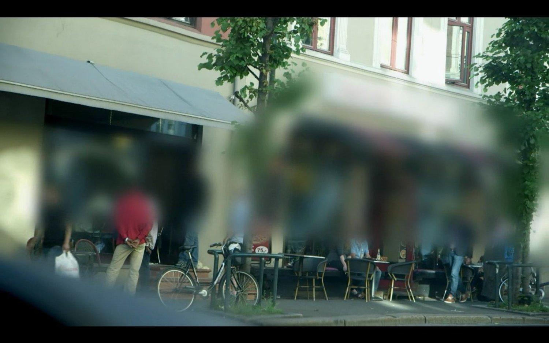 Her møtes flere gateselgere ved en café i Trondheimsveien i Oslo. Tyster de, frykter de for livet sitt.