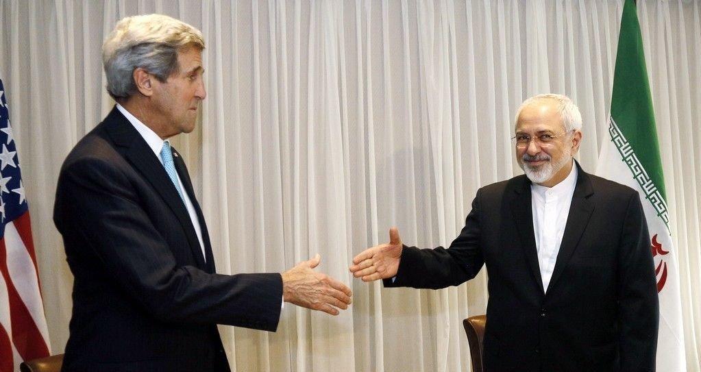 USAs utenriksminister John Kerry hilser på Irans utenriksminister Mohammad Javad Zarif i Genève onsdag. De to snakket sammen i seks timer på dagen, før Kerry uventet gjenopptok samtalene på kvelden.