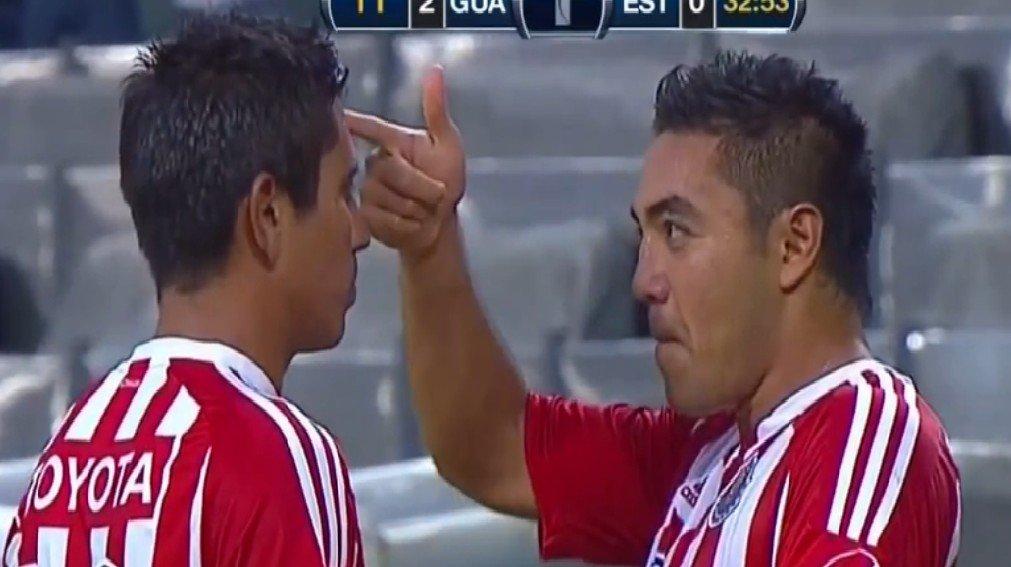 Chivas-spillerne Fabian De La Mora (t.v) og Alberto Medina med en drøy feiring. FOTO: skjermdump YouTube.