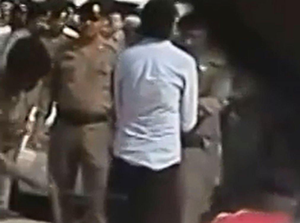 På Internett er det lagt ut en video som angivelig viser piskingen av Raif Badawi på mosképlassen forrige fredag. Bildet er hentet fra videoen.
