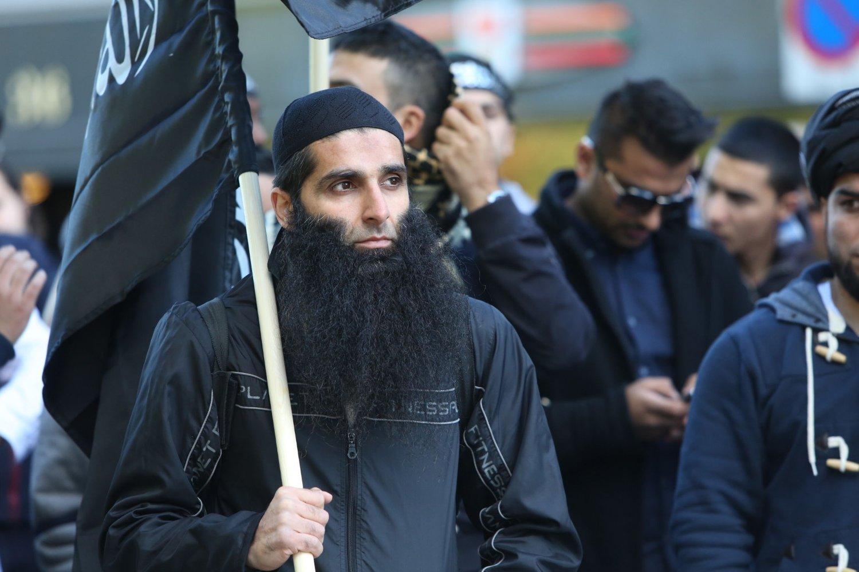 Arfan Bhatti får ingen restriksjoner. Her er han avbildet under en demonstrasjon utenfor den amerikanske ambasseden.