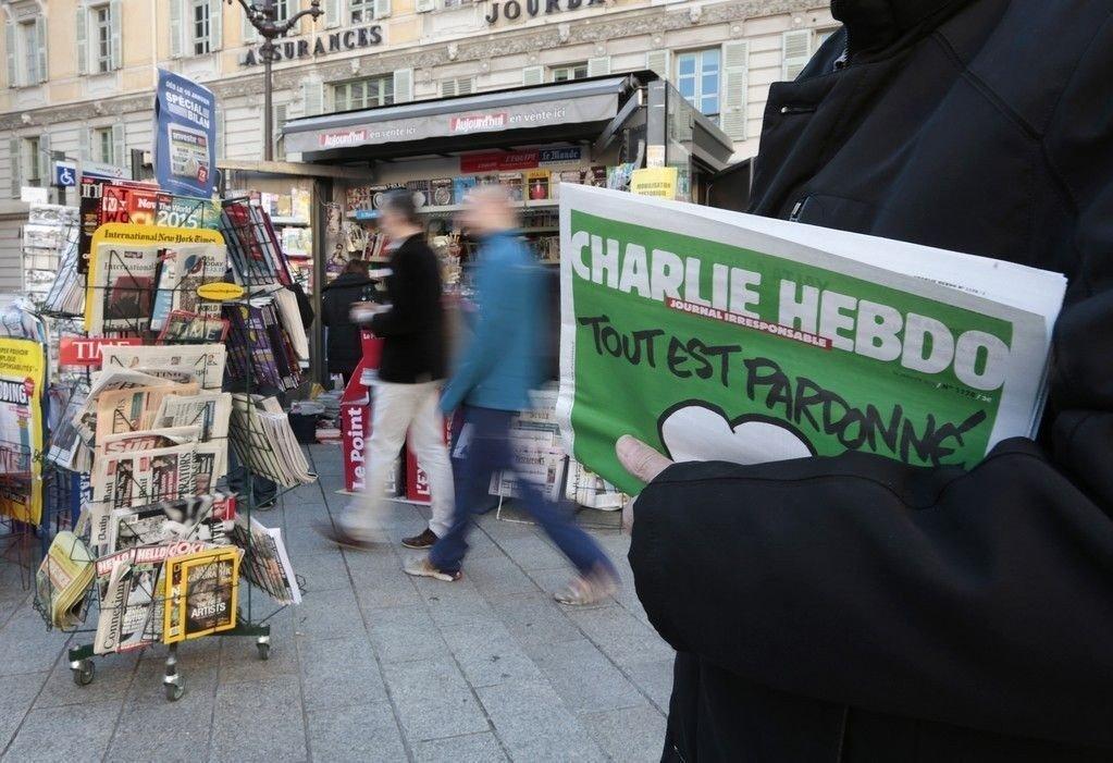 Den nyeste utgaven av Charlie Hebdo kjøpt fra en aviskiosk i Nice på Den franske riviera.