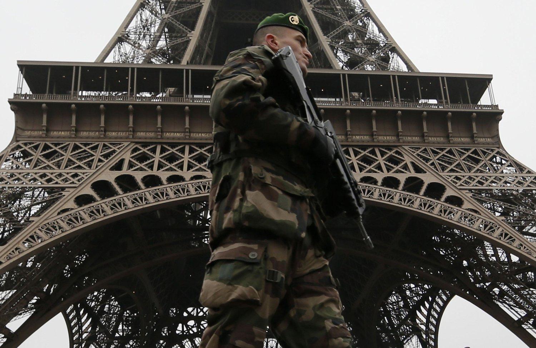 JAKTER PÅ MEDHJELPERE: Fransk politi har siden terrorangrepene i Paris jaktet på mulige medhjelpere etter angrepene som kostet 17 mennesker livet mellom 7. og 9. januar. De tre gjerningsmennene ble drept av politiet. Bildet viser en fransk soldat på vakt utenfor Eiffeltårnet etter Charlie Hebdo-massakren.