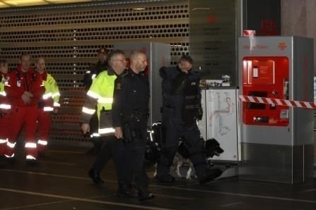 BOMBEGRUPPA: Den hensatte kofferten ble oppdaget like før klokka 18. Her er representanter fra bombegruppa på vei ned mot sporet.