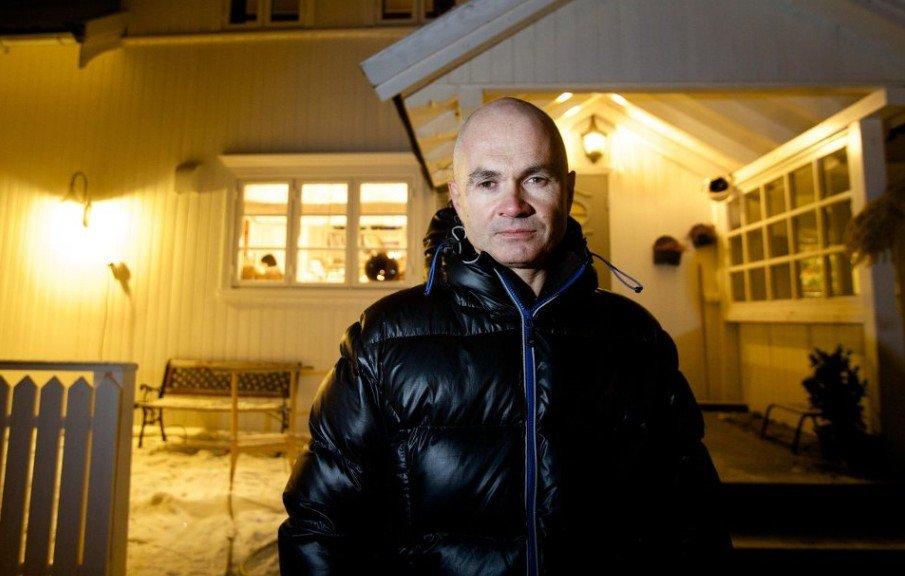 Helge Horne foran familiens hus på Storsteinnes i Balsfjord. Etter en 5 år lang kamp mot Statens Pensjonskasse og NAV har den tidligere politimannen vunnet frem.