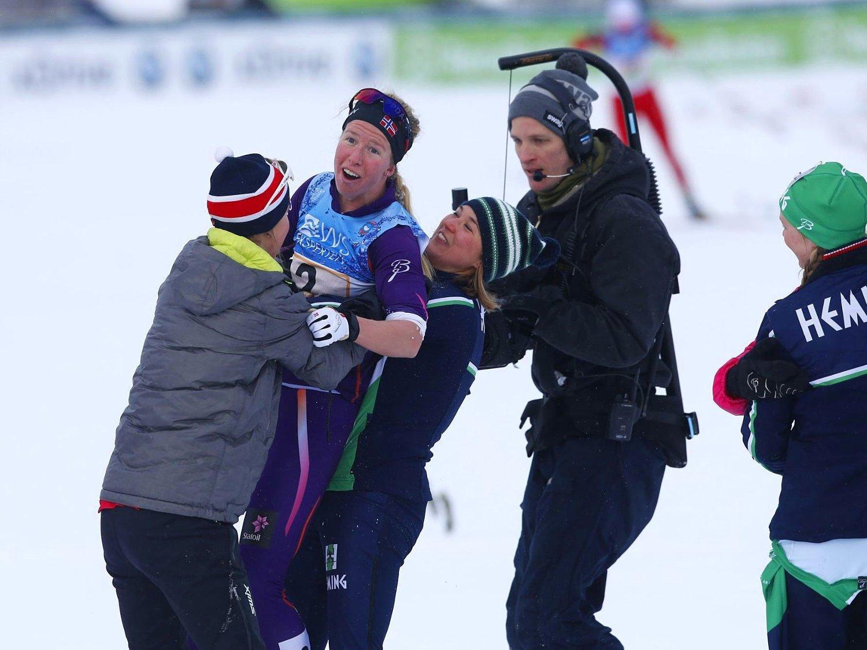 TRE GANGER SLIND: Oppdal, med tre søstre på laget, vant stafetten under ski-NM på Røros. Ankerkvinne Silje Øyre Slind blir her omfavnet av både søstre og konkurrenter.