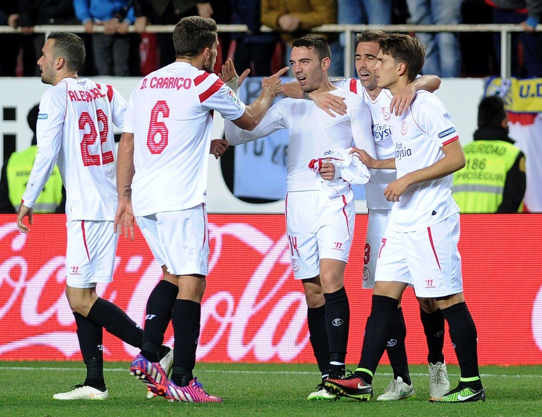 KASTET TRØYA: Iago Aspas satte inn vinnermålet like før slutt og feiret med å dra av seg Sevilla-drakta.
